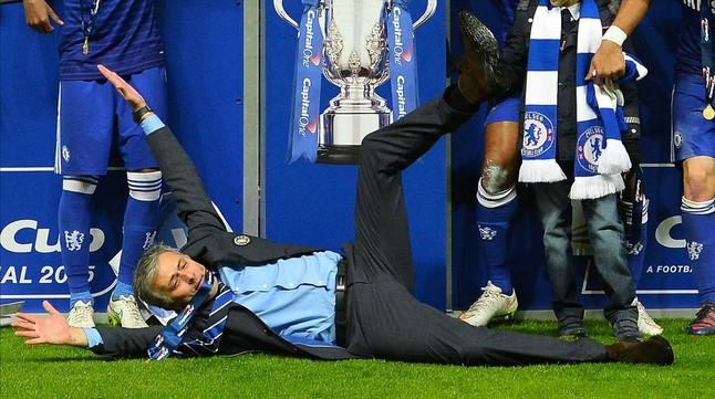 Mourinho, por los suelos en una imagen del pasado mes de marzo, cuando entrenaba al Chelsea.