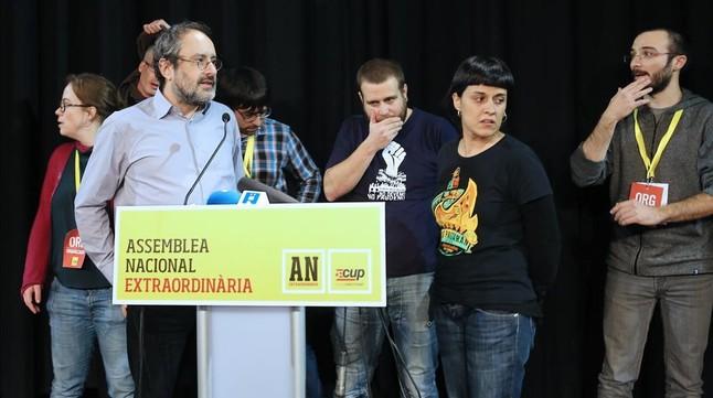 Antonio Baños y Anna Gabriel, junto a otros diputados de la CUP, en la asamblea nacional de la formación, en Sabadell.