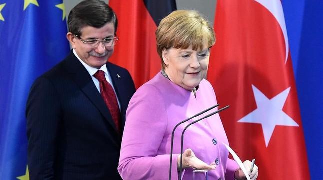 Davutoglu y Merkel se disponen a celebrar una conferencia de prensa, tras su encuentro en la cancillería, en Berlín, este viernes.