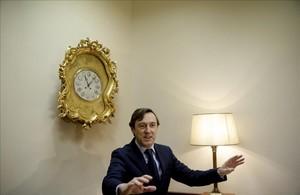 El portavoz del grupo popular en el Congreso, Rafael Hernando, esperando en el registro de la Cámara.