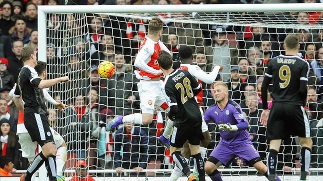 Danny Welbeck remata de cabeza el gol que dio la victoria al Arsenal ante el Leicester en el minuto 94.