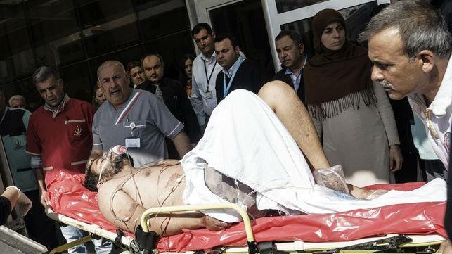 Médicos turcos trasladan a un herido sirio a un hospital en Kilis (Turquía), este lunes.