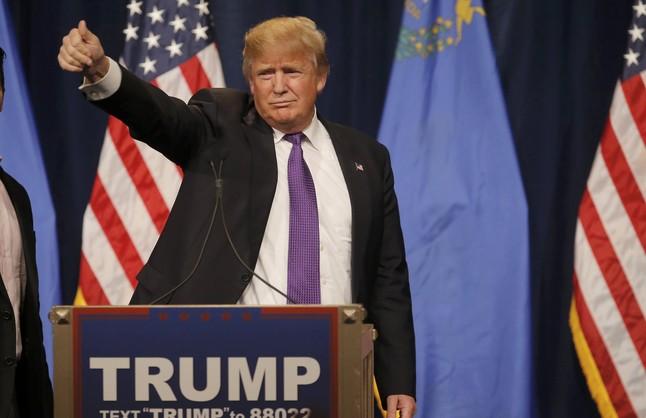 Donald Trump saluda a sus seguidores tras conocer su victoria en el caucus de Nevada.