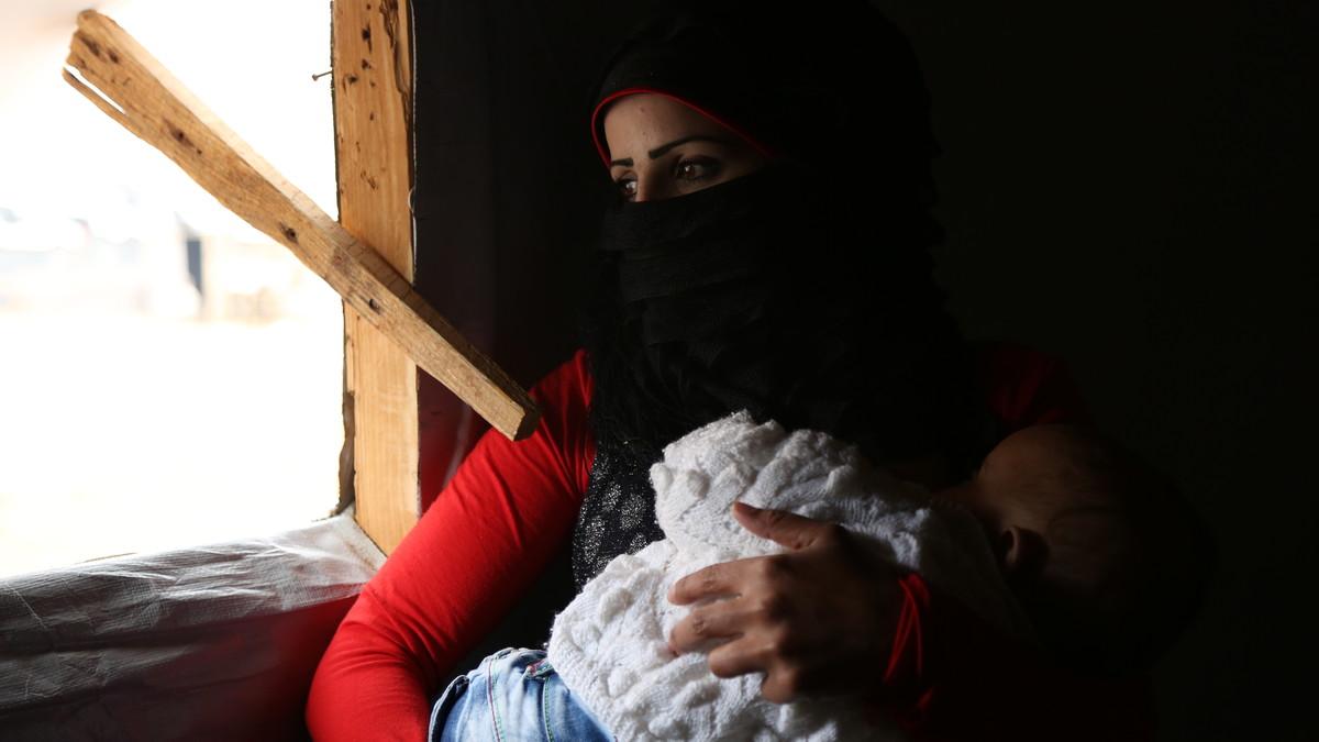Una madre siria con su bebé desnutrido y enfermo.