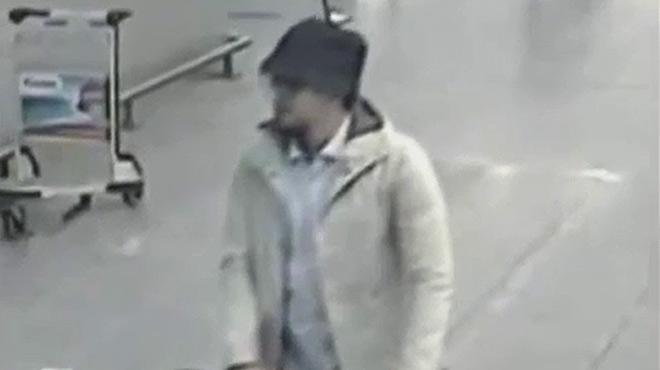 La policia belga difon un vídeo per trobar lhome del barret sospitós dels atacs de Brussel·les