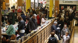 Venta de libros en la Casa del Llibre en Passeig de Gràcia, en la víspera de Sant Jordi
