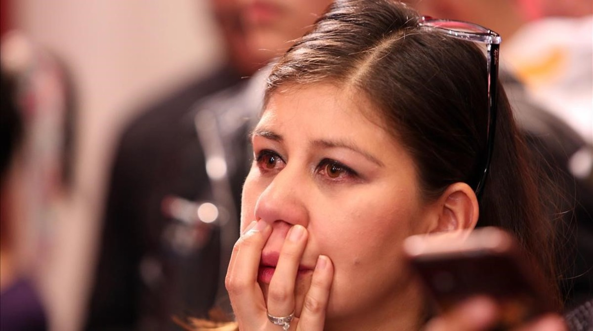 Una mujer llora tras escuchar los resultados del plebiscito, en Bogotá.