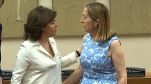 La vicepresidenta del Gobierno, Sáenz de Santamaría, saluda a la presidenta del Congreso, Ana Pastor, este martes.