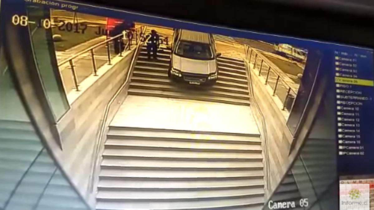 Un mujer confunde unas escaleras con un parking en Chile.