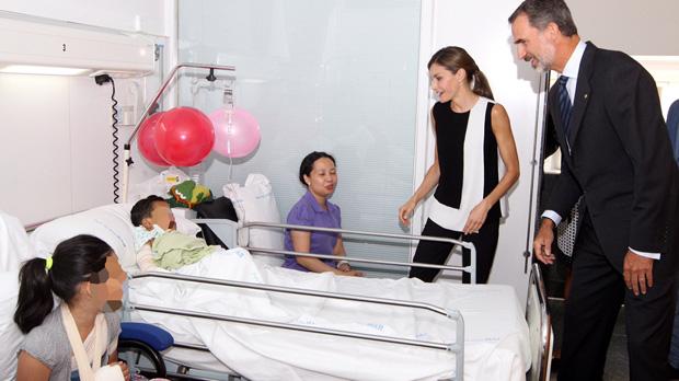 Los Reyes visitan a las víctimas de los atentados