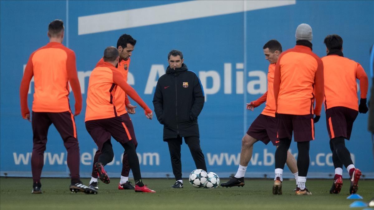 Ernesto Valverde observa el rondo de sus jugadores durante un entrenamiento.