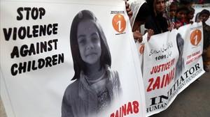 Un manifestante sostiene una pancarta en la que se lee Que pare la violencia contra los niños, durante una protesta, en Karachi, en reacción a la violación y asesinato de la menor de Kasur, el 11 de enero.