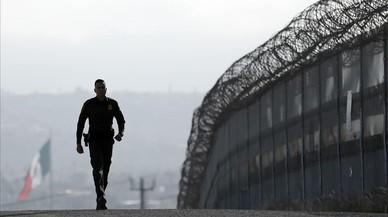 Un agente patrulla la valla que separa M�xico y San Diego.