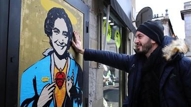 El artista urbano TVBoy con su 'Santa Colau'.