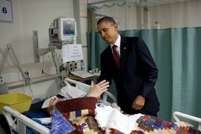 El presidente de EEUU visita a los heridos de la unidad de cuidados intensivos en Bagram Air Field (Afganistán), en mayo pasado.