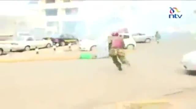 La brutal pallissa de la policia a un noi a Kenya provoca la indignació popular