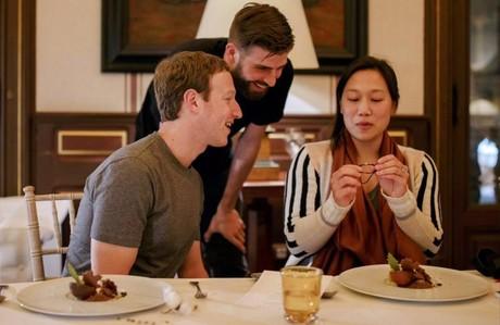 Mark Zuckerberg, Gerard Piqué y Priscila Chan, la noche del miércoles en el hotel Cotton House de Barcelona.