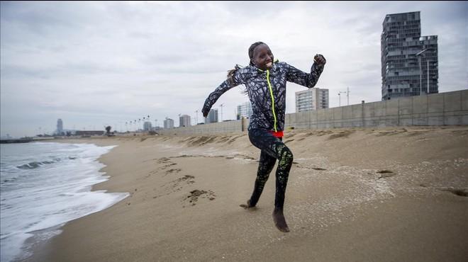 Florence Kiplagat corre por la playa de Levante de Barcelona, junto al F�rum, en un entrenamiento previo al medio marat�n.
