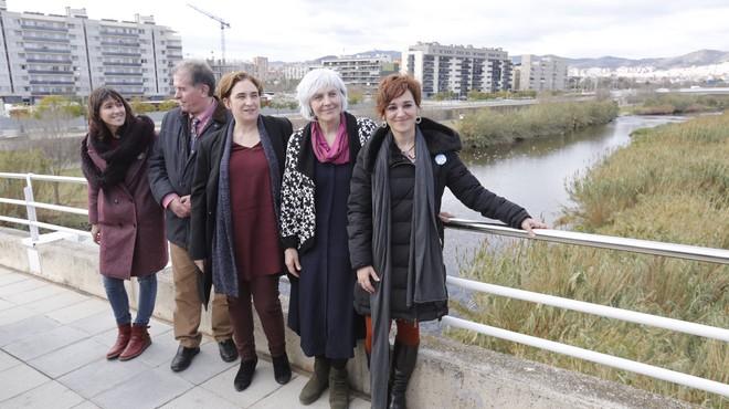 De izquierda a derecha, Parlon, Callau, Colau, Sabater y Campos, en un puente junto al r�o Bes�s, en Sant Adri�.