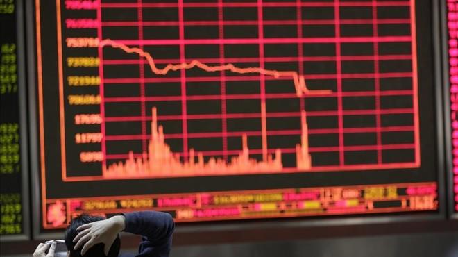 Les borses de la Xina tanquen abans d'hora al superar les caigudes el 7%