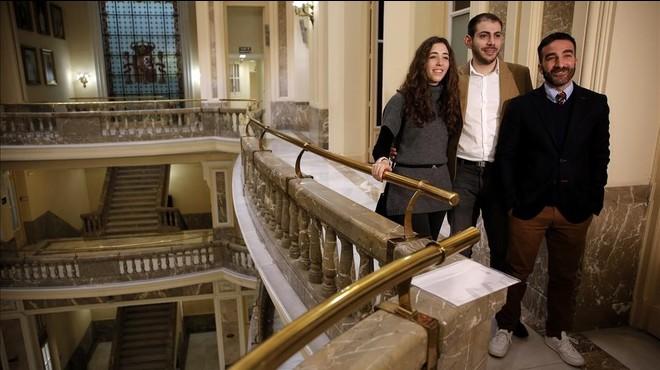 Enrique Fonseca (en el centro), junto a otras dos exv�ctimas de acoso escolar, Nadia Represa y Francisco Polo, tras reunirse con el ministro M�ndezde Vigo.