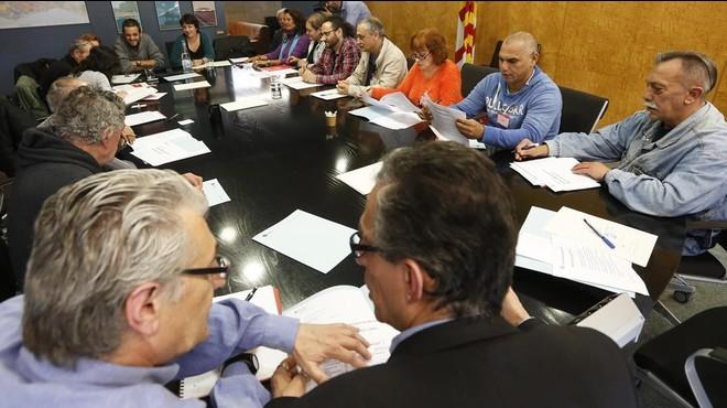 El consejo de personas sin hogar creado por el Ayuntamiento de Barcelona, reunido por primera vez, este jueves.