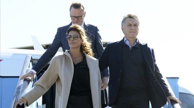 Macri y su mujer, Juliana Awada, bajan del avión tras aterrizar en La Haya (Países Bajos), el 25 de marzo.