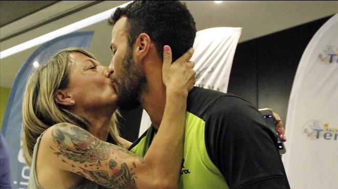 Mar�a Vasco besa al triatleta Javier Lorente tras pedirle este que se casara con �l.