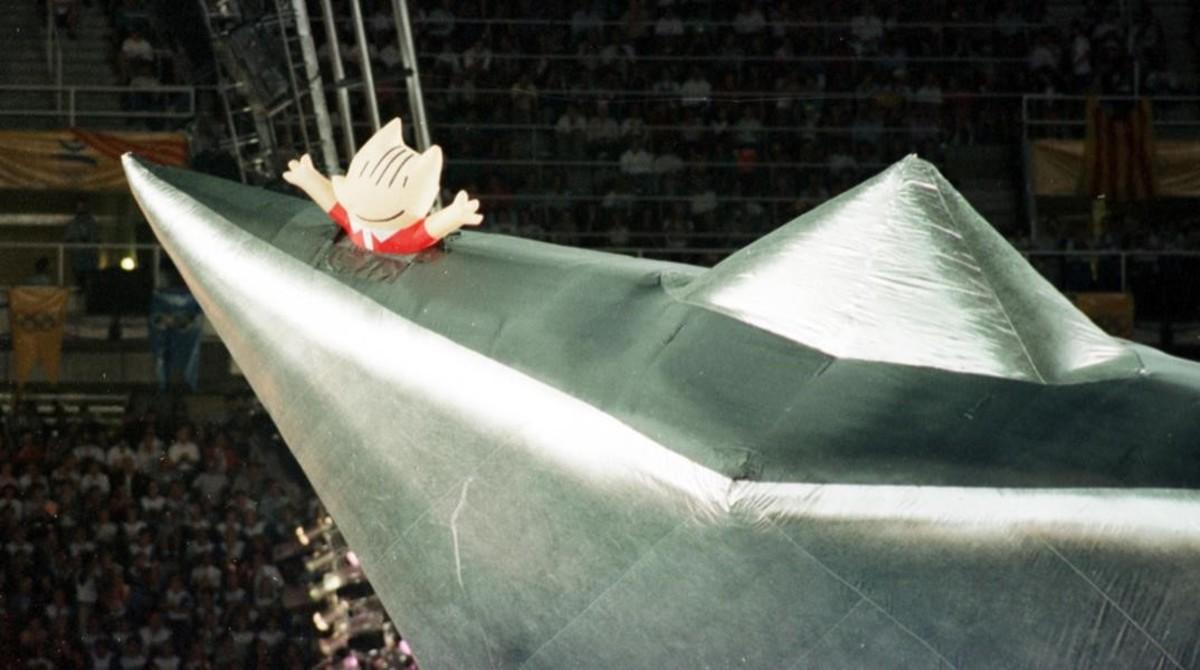 Momento de la despedida, Cobi se despide del Estadi Olímpic en la ceremonia de clausura.