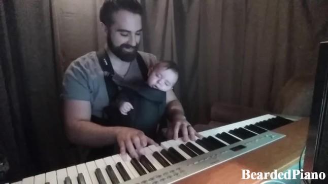 David Motola (BeardedPiano) fa dormir el seu fill�tocant una can�� de Brahms al piano.