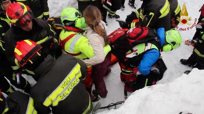 Rescatan a ocho supervivientes del hotel sepultado por la nieve en Italia