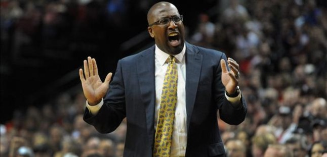 Los Lakers despiden al entrenador Mike Brown