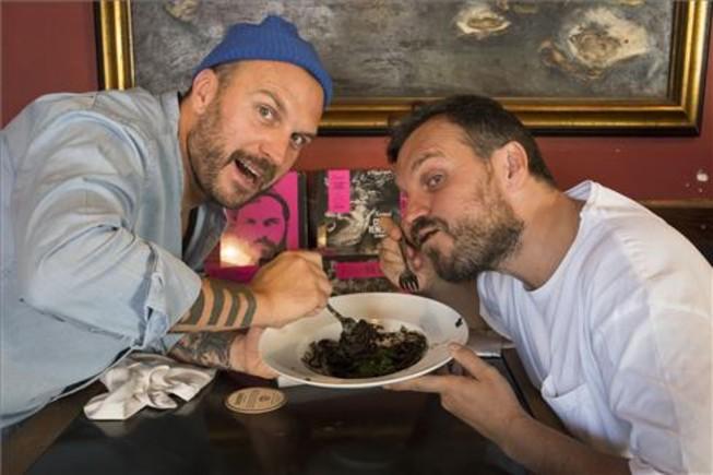 Stefano y Max Colombo, al ataque de un os espaguetis al 'nero di seppia'. Foto: August Blázquez