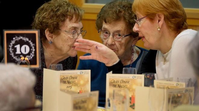 Tres asistentes a una de las comidas organizadas por Amics de la Gent Gran, en Barcelona.
