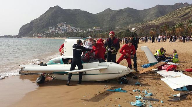 Aterrizaje forzoso de una avioneta junto a bañistas en una playa de Tenerife