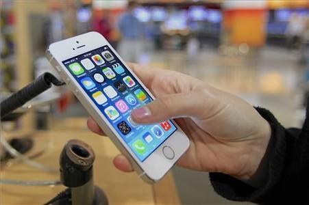 Un usuario prueba el iPhone 5S en EEUU.