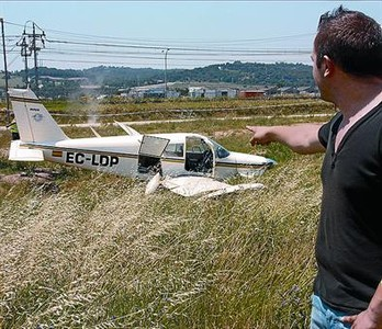 Una avioneta aterriza de forma forzosa en un parque en Barberà