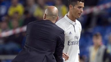 Zidane saluda a Cristiano ante la indiferencia de este en el momento de sustituirle en Las Palmas.