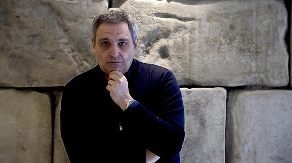El novelista italiano, Maurizio de Giovanni, charla con EL PERIÓDICO sobre su última novela.