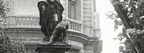 Colocación de la estatua de Rafael Casanova, en 1977.