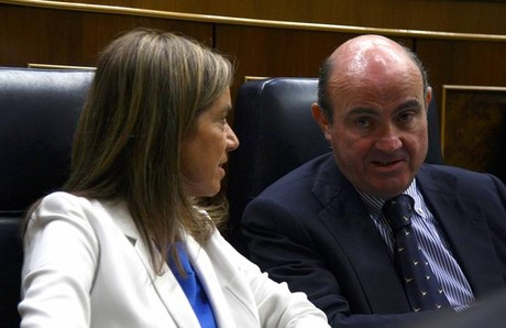 Ana Mato con el ministro de Economa, Luis de Guindos, en el Congreso.