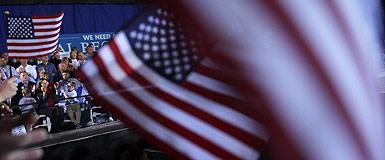 Banderas de EEUU en un mitin de Romney en Ohio. REUTERS