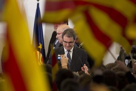 Artur Mas, entre banderas, en el Hotel Majestic, anoche, tras conocer el resultado electoral.