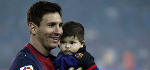 Messi present a su hijo Thiago. EFE