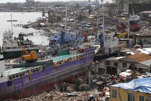 Un buque arrastrado contra la costa en Tacloban. ROMEO RANOCO | REUTERS