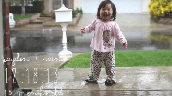 Una niña se emociona al sentir la lluvia
