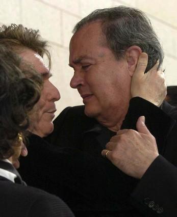 Raphael consuela a Antonio Morales 'Junior' durante el funeral de su mujer, Rocío Durcal, en el 2006. - 1397573498662