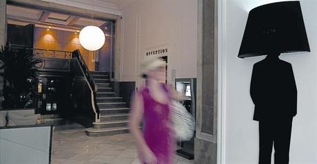 Una turista sale del portal del piso tur�stico en el que se aloja en el centro de Barcelona.