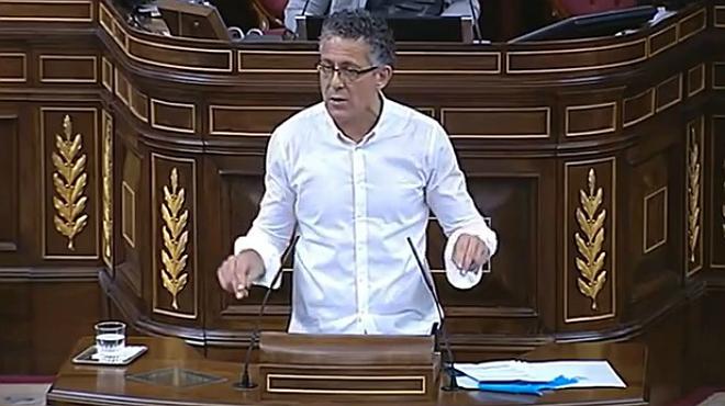 El diputado de Amaiur en el Congreso Errekondo canta 'Mucha polic�a, poca diversi�n' de Eskorbuto.