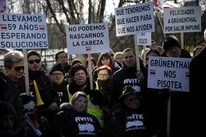 Víctimas de la talidomida reclaman una indemnización, el pasado febrero en las inmediaciones del palacio de la Moncloa, en Madrid.
